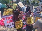 demo-di-depan-pendopo-gubernur-aceh-15-maret-2021.jpg