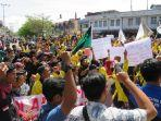 demo-mahasiswa-menolak-pt-emm-di-jalan-depan-gedung-dprk-aceh-barat-rabu.jpg
