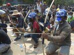 demonstran-anti-kudeta-menyiapkan-busur-dan-anak-panah-darurat-di-myanmar.jpg