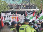 demonstran-pro-palestina-memegang-plakat-saat-mereka-berkum.jpg