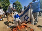 demonstran-sudan-bakar-bendera-israel.jpg