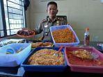 dr-irsyadi-memperlihatkan-makanan-yang-disita-dari-seorang-pedagang.jpg