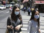 dua-gadis-israel-berjalan-dengan-memakai-masker.jpg