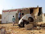 dua-orang-anak-sedang-berada-di-bekas-reruntuhan-rumah-di-provinsi-hajjah-yaman_20171108_113251.jpg