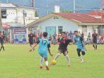 dua-pemain-pelor-fc-lhong-raya-mengepung_20180205_091639.jpg