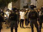 duduk-setelah-shalat-tarawih-dan-saling-bertemu-warga-palestina-dibubarkan-polisi-israel.jpg