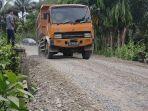 dum-truck-saat-melintasi-jembatan-rusak-di-kawasan-desa-tuwie-priya.jpg
