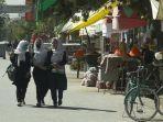 gadis-gadis-sekolah-berjalan-tenang-melewati-sebuah-jalan-di-kabul-afghanistan.jpg
