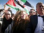 gadis-remaja-palestina-ahed-tamimi-tengah-dan-ibunya-nareman_20180730_154210.jpg