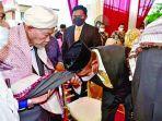 gubernur-sumatera-utara-sumut-edy-rahmayadi-mencium-tangan-ulama-kharismatik-aceh.jpg