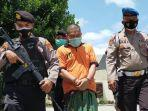 husnan-55-tersangka-pembunuh-adik-iparnya-menunduk-saat-digiring-polisi.jpg