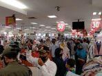 ilustrasi-belanja-di-tengah-pandemi-corona-ribuan-pengunjung-mall-dibubarkan-petugas.jpg