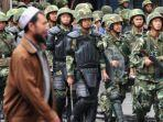 ilustrasi-etnis-uighur-melintas-di-depan-pasukan-keamanan-china.jpg