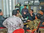 irwandi-yusuf-berbincang-dengan-sejumlah-bupatiwali-kota-usai-pertemuan_20180316_110641.jpg