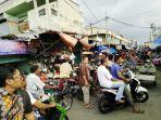 jalan-kawasan-pasar-pagi-bireuen-macet_20180519_112212.jpg