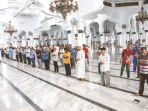 jamaah-melaksanakan-shalat-azhar-di-masjid-raya-baiturrahman-banda-aceh.jpg