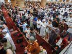 jamaah-memanjatkan-doa-untuk-warga-palestina-di-masjid-al-makmur-lampriek-ban.jpg