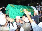 jemaah-memanggul-keranda-berisi-jenazah-almarhum-ustaz-kh-muhammad-arifin-ilham.jpg