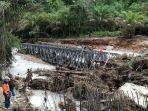 jembatan-menuju-desa-lae-cikala-kecamatan-suro-aceh-singkil-jatuh-ke-sungai-akibat-banjir.jpg
