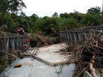 jembatan-menuju-lae-cikala-kecamatan-suro-aceh-singkil-dipenuhi-sampah.jpg