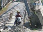 jembatan-ule-raket-aceh-barat-miring-masyarakat-tetap-melintas.jpg