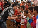 kak-seto-menghibur-anak-anak-korban-gempa_20161211_072533.jpg