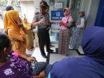 kapolsek-menenangkan-sejumlah-nasabah-bank-rakyat-indonesia-bri_20180316_210520.jpg