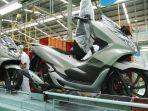 karyawan-ahm-merakit-sepeda-motor-baru-honda-pcx-warna-sophisticated-matte.jpg