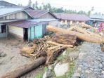 kayu-gelondongan-bebatuan-dan-lumpur-menumpuk-di-jalan.jpg