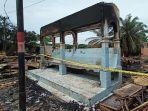 kebakaran-di-aceh-tamiang_halte-terbakar_tiang-listrik-terbakar.jpg