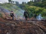 Tempuh Jalur Pendakian, TNI Padamkan Kebakaran Kebun Sere Wangi di Bukit Panglima Belas Blangkejeren thumbnail