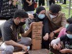keluarga-dan-kerabat-saat-menghantarkan-jenazah-mantan-pebulu-tangkis-indonesia-markis-kido.jpg