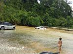 kendaraan-melintasi-aliran-sungai-krueng-cut-kawasan-panton-bayam-pulo_20171030_085107.jpg