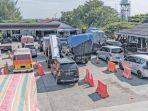 kendaraan-pribadi-dan-angkutan-barang-mulai-antre_20171223_090705.jpg