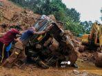 kendaraan-terbalik-yang-terjebak-dalam-lumpur-di-lokasi-tanah-longsor-di-kerala-india.jpg