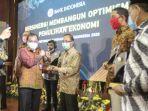 kepala-bank-indonesia-aceh-achris-sarwani-kiri-menyerahkan-award-kepada.jpg