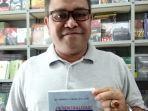 kepala-biro-hukum-setda-aceh-dr-amrizal-j-prang-sh-llm-sedang-memegang-buku-terbarunya.jpg