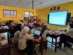 kepala-sekolah-sd-karangtengah-iii-pujiastuti-saat-memberi-sosialisasi.jpg