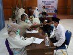 kepala-upt-asrama-haji-embarkasi-aceh-h-ali-amran-mengikuti-vaksinasi.jpg