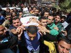 kerabat-membawa-mayat-fawzi-bevadi-26-yang-terbunuh-setelah-serangan-udara-israel-di-gaza.jpg