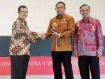 ketua-dewan-penasehat-top-business-indonesia-dwinda-p-ruslan-didampingi-ceo-majalah.jpg