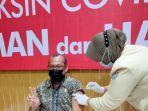 ketua-idi-lhokseumawe-dr-amroelloh-disuntik-vaksin-covid-19-tahap-kedua.jpg