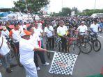 ketua-kip-aceh-ridwan-hadi-sh-melepas-peserta-fun-bike-menuju-pilkada-damai-2017_20170116_090945.jpg