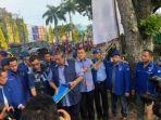 ketua-umum-partai-demokrat-susilo-bambang-yudhoyono-mengecek-bendera-dan-spanduk-demokrat.jpg