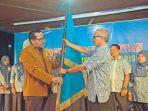 ketua-umum-pengurus-nasional-aai-andi-kasman-kiri-menyerahkan-pataka_20180816_085643.jpg