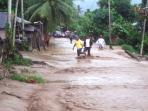 kondisi-banjir-melanda-jalan-provinsi_20151130_093322.jpg
