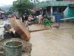 korban-banjir-bandang-desa-kayu-mbelin-agara-membersihkan-material-banjir_20170412_093252.jpg