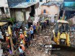 korban-selamat-di-bangunan-yang-runtuh-setelah-hujan-lebat-di-mumbai-india.jpg