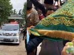 kuburan-syekh-ali-jaber-tepat-di-belakang-makam-ibu-ustadz-yusuf-mansur-harap-didoakan-dari-rumah.jpg