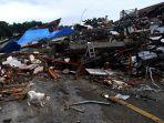 kucing-melintas-di-dekat-bangunan-yang-roboh-akibat-gempa-bumi-di-mamuju-sulawesi-barat.jpg